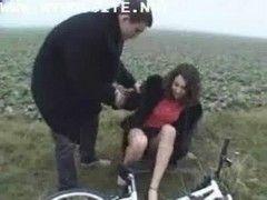Radfahrerin im Auto genagelt