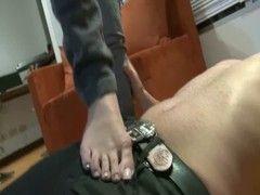 Domina mit nackten Füßen